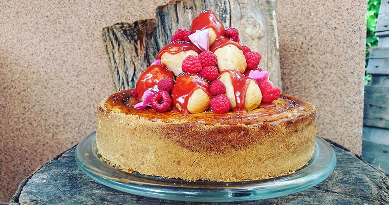 Cheesecake with raspberry caramel